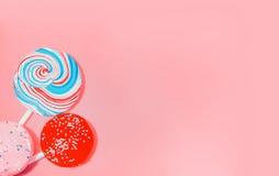 Weinlese-rosa Hintergrund mit farbiger Süßigkeit Stockbild