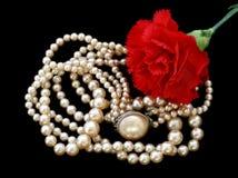 Weinlese-rosafarbene Perlen u. rotes Auto Stockbild
