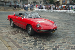 Weinlese-rotes Alfa Romeo-Auto am Retro- Autorennen Stockbild