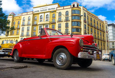 Weinlese rotes Ford parkte nahe einem Hotel in Havana stockbild