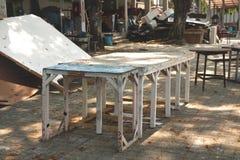 Weinlese-rustikale hölzerne Tabellen-Stuhl-Schemel gemalt in den Knickenten-weißen Farben in Garage im Freien verlassenem Studio- stockfoto