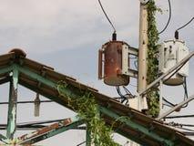 Weinlese Rusty Distribution Transformer/elektrischer Kasten auf Polen lizenzfreie stockfotos