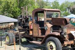 Weinlese Rusty Truck Hauling Engine lizenzfreie stockfotografie