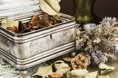 Weinlese-Schatulle mit dekorativem trockenem Lavendel und Trockenblumengesteck lizenzfreie stockfotos