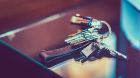Weinlese-Schlüssel-Kette lokalisiert auf Tabelle stockfoto