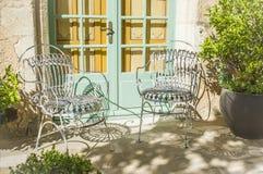 Weinlese schmiedete Stühle im Garten Stockbilder