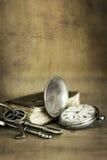 Weinlese-Schmutz-Stillleben mit Taschen-Uhr-altem Buch und Messing K Stockfotografie