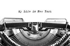 Weinlese-Schreibmaschine Blatt Papier mit Druckbuchstaben stockbilder