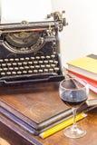 Weinlese-Schreibmaschinen-Glas Wein Stockbild