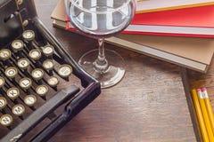 Weinlese-Schreibmaschinen-Glas Wein Lizenzfreie Stockbilder
