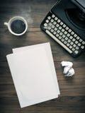 Weinlese-Schreibmaschinen-Schreibtisch Stockfotos