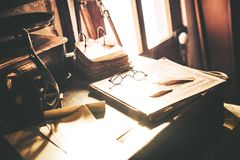 Weinlese-Schreibtisch mit Gläsern Stockbild