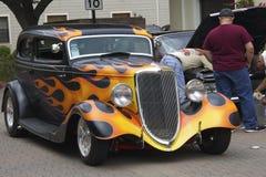 Weinlese schwarzes Ford mit einem Muster des Feuers Lizenzfreie Stockfotografie