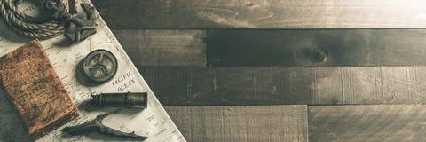 Weinlese-Seereise-Instrumente mit Seil und Anker auf hölzernem Schiffs-Plattform-Hintergrund - Reise-/Führungs-Konzept lizenzfreie stockfotografie
