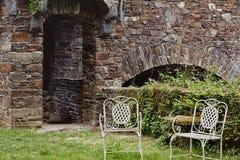 Weinlese sitzt im Freien im Hof des mittelalterlichen Schlosses vor lizenzfreie stockfotografie