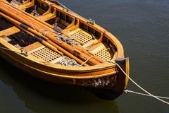 Weinlese-Skiff gebunden am Dock stockfotos