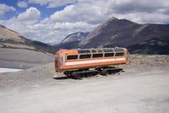Weinlese Snowmobile in den felsigen Bergen Stockfoto