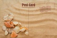 Weinlese-Sommer-Postkarte Seashell auf dem Sand lizenzfreies stockbild