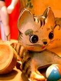 Weinlese-Spielzeug-Miezekatze-Katze mit einer Kugel Lizenzfreie Stockfotografie