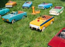 Weinlese-Spielzeugautos viele Kinder stockfoto