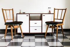 Weinlese-Stühle in einem Raum Lizenzfreie Stockfotografie