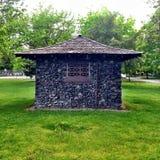 Weinlese-Steinaußengebäude im Park Lizenzfreie Stockfotografie