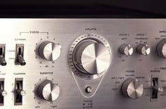 Weinlese-Stereoverstärker-glänzender Metallvolumen-Bedienknopf Stockfoto