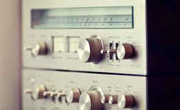 Weinlese-Stereoverstärker und Tuner Shiny Metal Front Panel Scale Stockbild