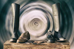 Weinlese-Stiefel auf dem Hintergrund in der Bewegung Lizenzfreies Stockbild