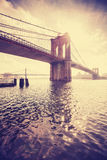 Weinlese stilisierte Manhattan-Brücke gegen Sonne, NYC, USA Stockbild