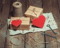 Weinlese-Stillleben mit Geschenkboxen Stockbild
