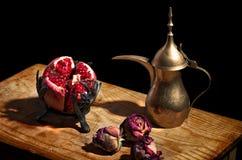 Weinlese-Stillleben mit Granatapfel und Teekanne Stockfotos