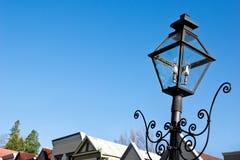 Weinlese-Straßenlaternein einer Kleinstadt stockfotografie