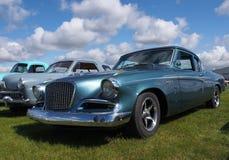Weinlese Studebaker mit anderen Automobilen geparkt auf dem Gebiet Lizenzfreies Stockfoto