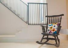 Weinlese-Stuhl im modernen Raum lizenzfreies stockbild