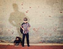 Weinlese-Superheld-Junge mit großem Schatten Lizenzfreies Stockbild