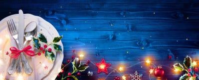 Weinlese-Tafelsilber auf blauem Tab For Christmas stockbilder