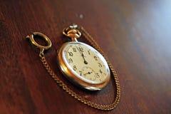 Weinlese-Taschen-Uhr auf Holz Stockbilder