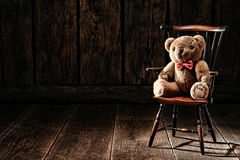 Weinlese Teddy Bear Stuffed Animal Toy auf altem Stuhl stockfotografie