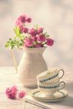 Weinlese-Teetassen mit Rosen lizenzfreie stockbilder