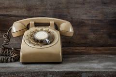 Weinlese-Telefon auf einer alten Tabelle Lizenzfreies Stockfoto