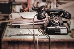 Weinlese-Telefon in einem Büro stockbilder