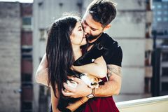 Weinlese tonned das Bild des glücklichen Paars ihre Katzen halten Stockfotografie