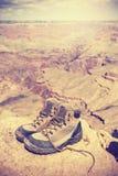 Weinlese tonte alte Trekkingsschuhe in Grand Canyon, USA Stockfotografie