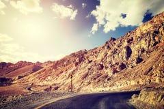 Weinlese tonte Bild einer Wüstenstraße bei Sonnenuntergang Lizenzfreie Stockfotografie