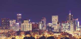 Weinlese tonte im Stadtzentrum gelegene Skyline Denvers nachts, USA Lizenzfreie Stockfotos