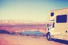 Weinlese tonte RV (Camper) geparkt durch Schlucht stockfotos