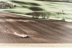 Weinlese-Traktor behandelt Erde auf Feld Stockfotografie
