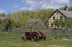 Weinlese-Traktor an einem alten Bauernhof Stockbilder
