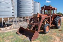 Weinlese-Traktor und Silos Stockbild